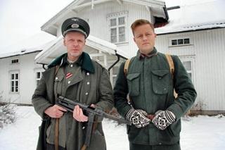 Skuespillere i krigsdramaet som spilles inn på Øvre Øyer.