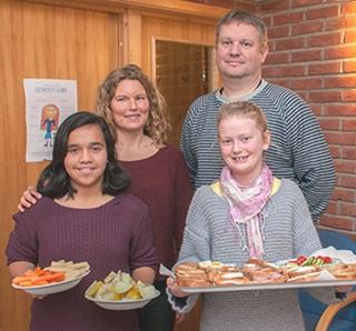 Klart for servering: Sjetteklassingene Yanet Veflen Neskvern (t.v.) og Dorte Glomsås Braanaas har hentet maten. Bak: Heidi Tveter og rektor Rune Oskarsen.