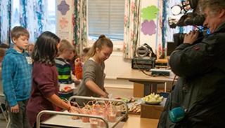 Elevene blir filmet av NRK