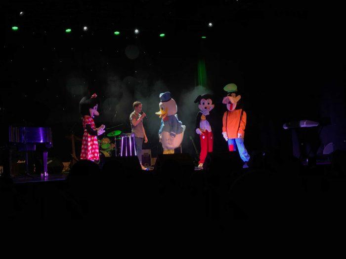 Disneyfigurer på scena på Milepelen