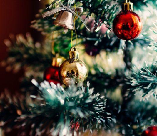 Nærbilde juletre med pynt